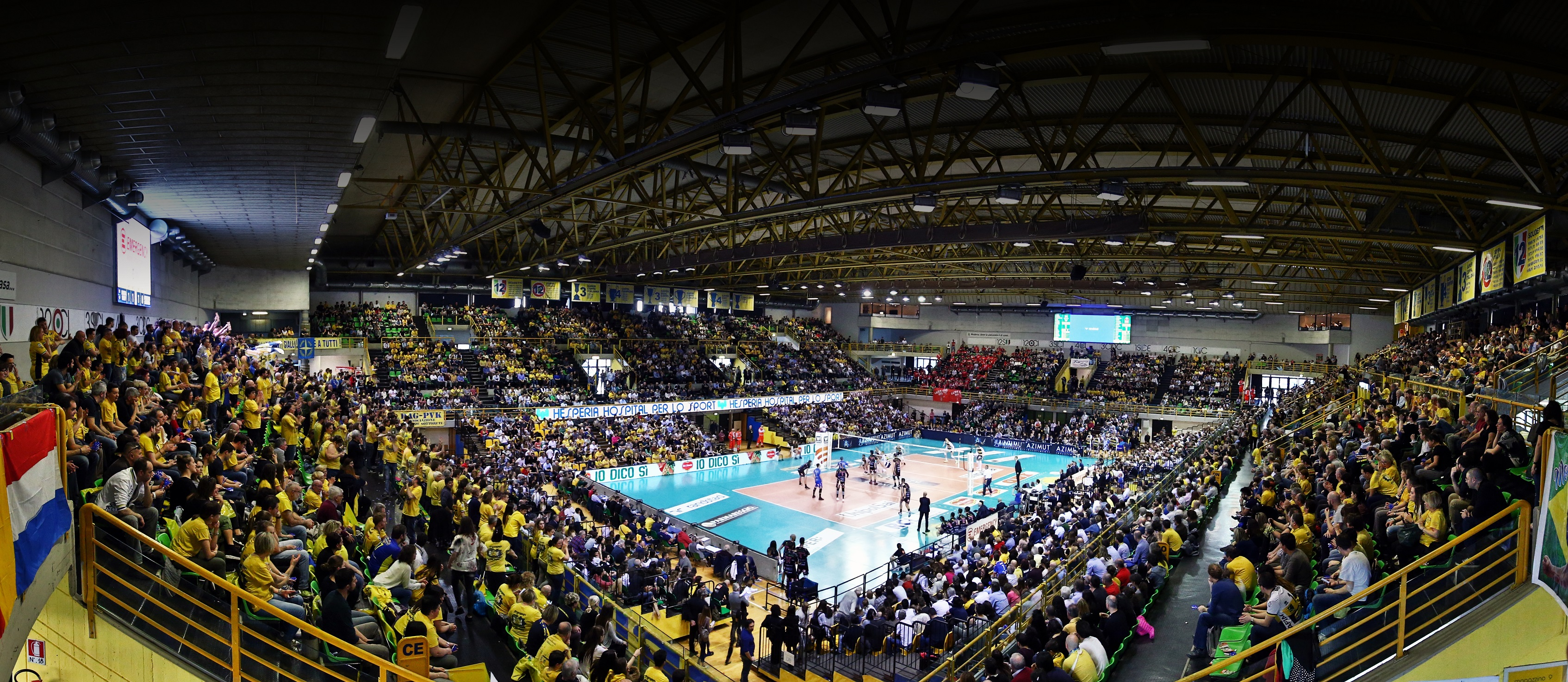 Modena Volley, l'ingresso dei gialloblù in un PalaPanini sold out