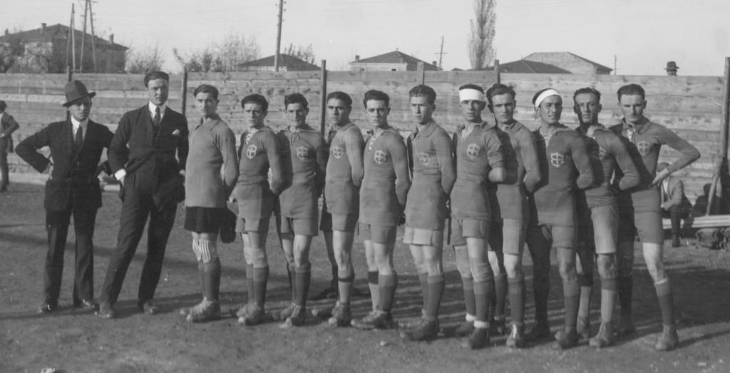 23.11.1919 Carpi-Modena 0-3. Il Modena che espugnò il campo del Carpi a  San Nicolò. Da sin.: Tirabassi (mass.), Verganti (dir.), Borgetti, Marsciani, Pedrazzi, Vacondio, Degoli, Chiecchi, Bigi, Benassati, Barbieri, Forlivesi, Boni.