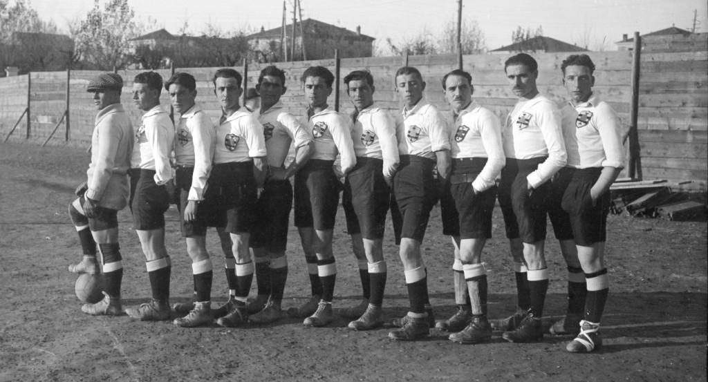 Carpi-Modena 0-3 (0-1), Carpi, Campo di San Nicolò, 23 novembre 1919..Formazione del Carpi. Da sin.: Setti, Maselli, Moretti, Fanconi, Giovanardi, Morselli,Balasso, Benassi, Scacchetti Armando, Scacchetti Alfredo, Tirelli.