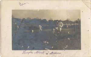 Immagine di un'azione di gioco tra ASC e Sempre Avanti! probabilmente relativa alla gara del 31 marzo. La fotografia è ossidata e risulta molto difficile riconoscere i giocatori. Ciò nonostante rimane un reperto di grande rilevanza.