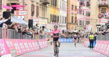 Giro d'Italia, 11ª tappa: ancora Yates! La Maglia Rosa vince a Osimo