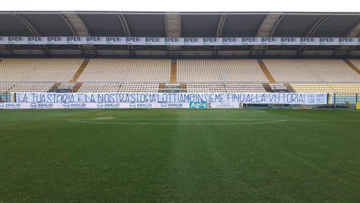 """Modena Fc, lo striscione della Curva Montagnani: """"La tua storia è la nostra storia, lottiamo insieme fino alla vittoria!"""""""